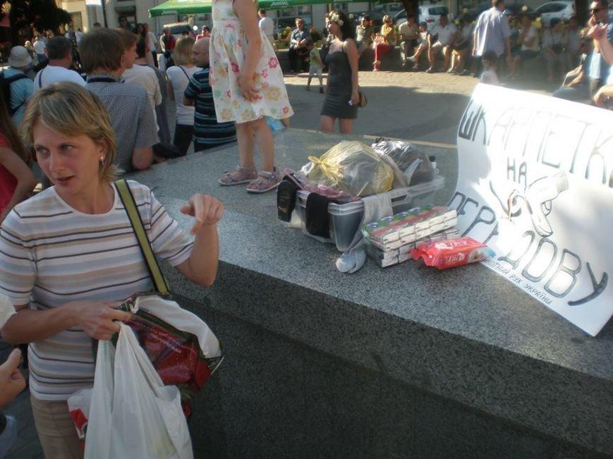 Львів'яни за 1 годину зібрали 144 пари шкарпеток для військових і солодощі (фоторепортаж), фото-2