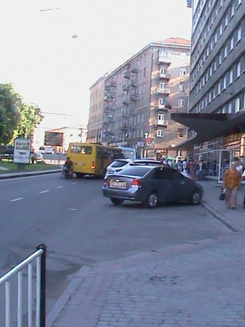 На зупинці замість автобусів паркуються автомобілі: пасажирам увірвався терпець (ФОТО), фото-1