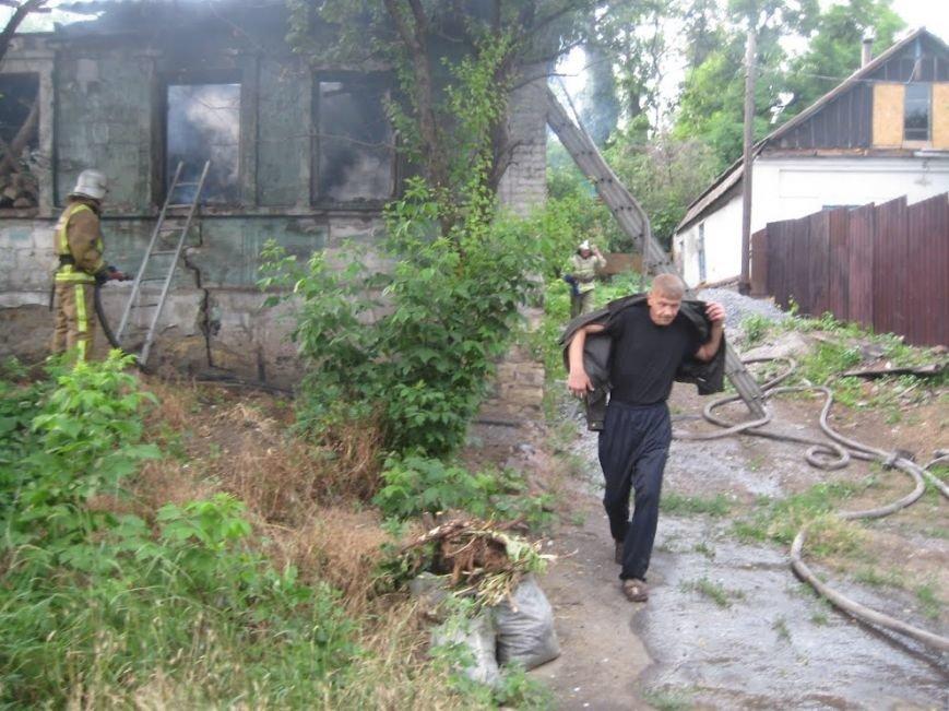 В Мариуполе  на спуске к железнодорожному вокзалу горел дом (ФОТО), фото-9