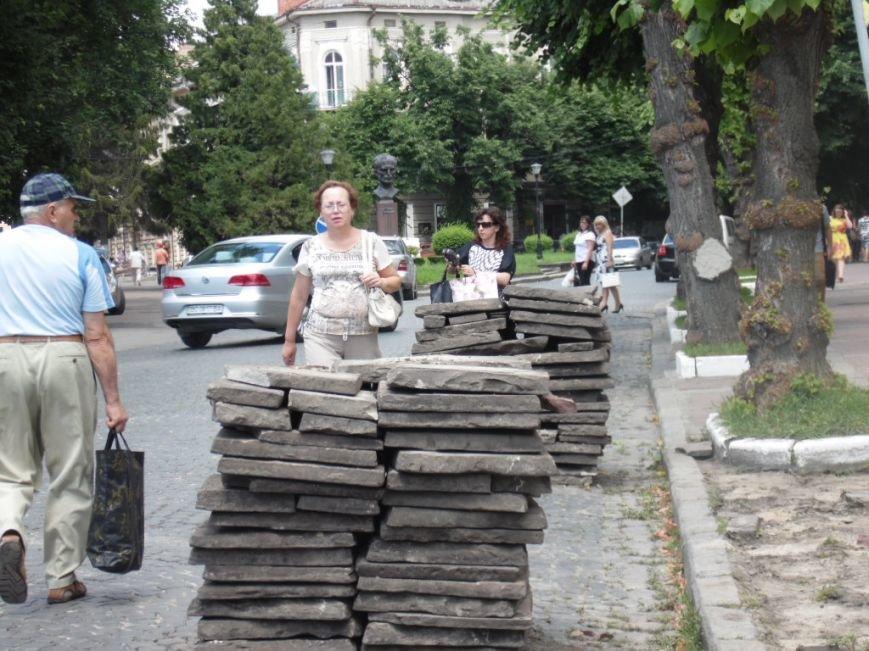У центрі Тернополя демонтують плитку на тротуарах і покладуть чорну римську бруківку (фото), фото-4