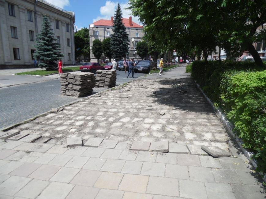 У центрі Тернополя демонтують плитку на тротуарах і покладуть чорну римську бруківку (фото), фото-1