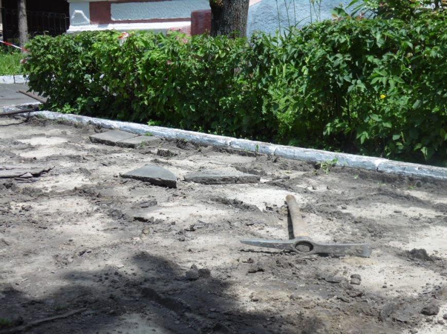 У центрі Тернополя демонтують плитку на тротуарах і покладуть чорну римську бруківку (фото), фото-5