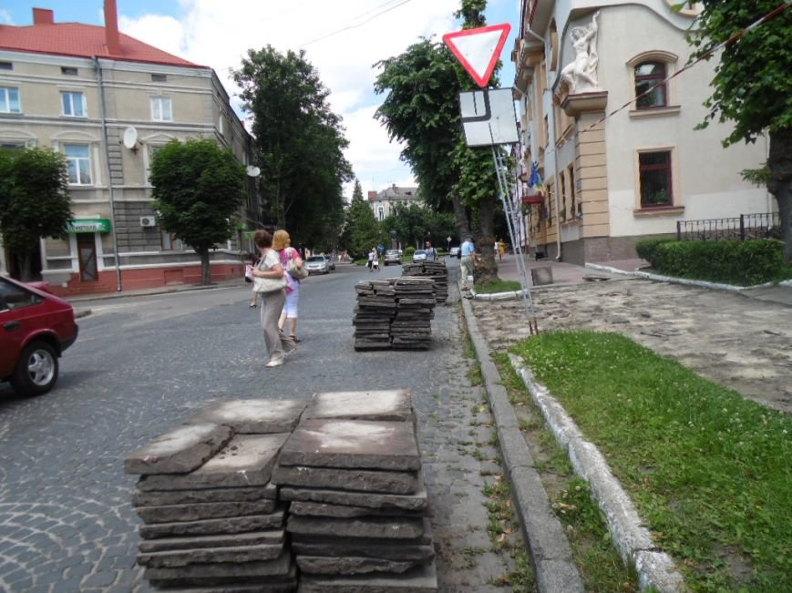 У центрі Тернополя демонтують плитку на тротуарах і покладуть чорну римську бруківку (фото), фото-6