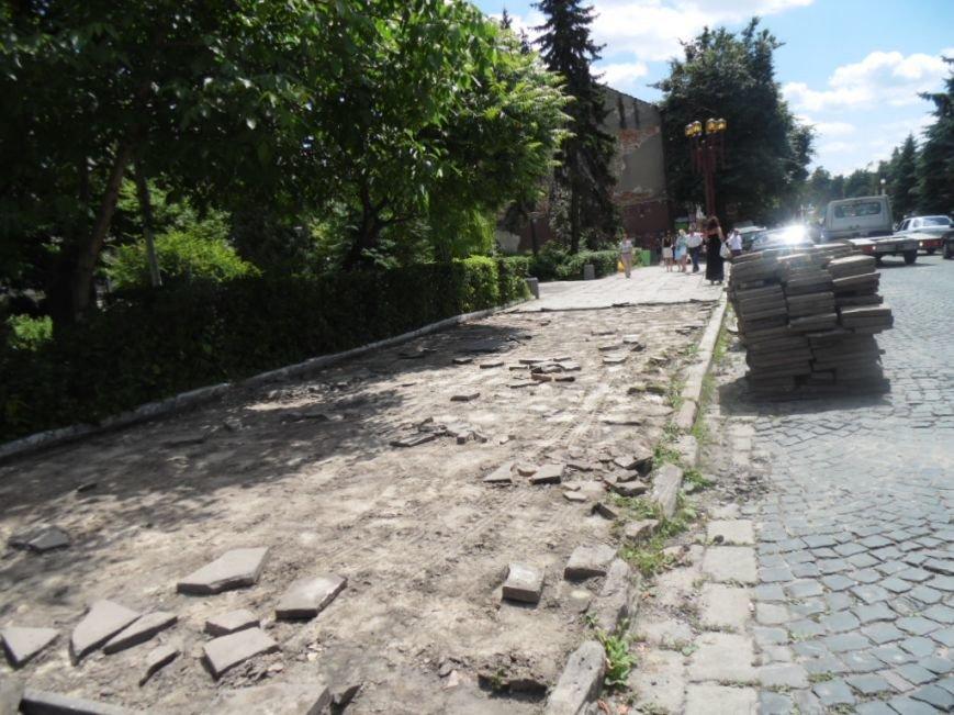 У центрі Тернополя демонтують плитку на тротуарах і покладуть чорну римську бруківку (фото), фото-3