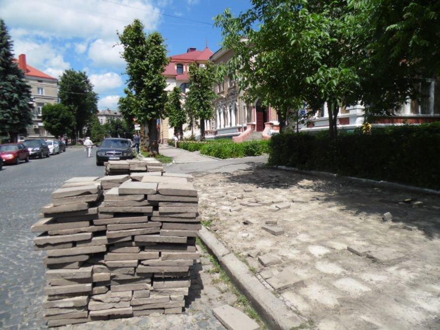 У центрі Тернополя демонтують плитку на тротуарах і покладуть чорну римську бруківку (фото), фото-2