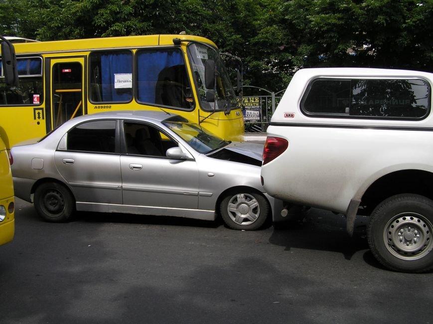 Тройное ДТП в Мариуполе: столкнулись два автомобиля и маршрутка (ФОТО), фото-3
