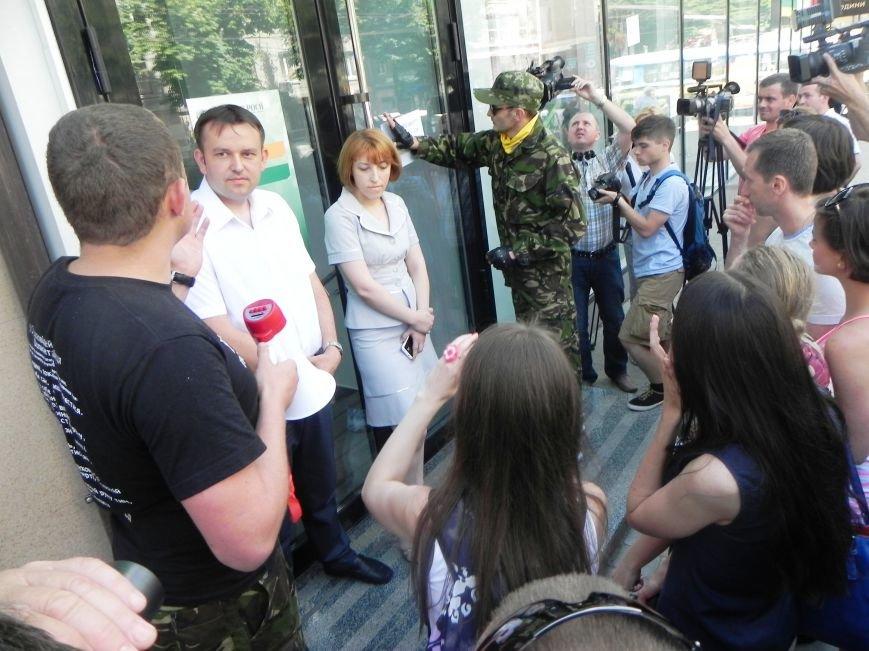 """У Тернополі """"Самооборона"""" вимагає від працівників «Сбербанку» звільнятися з роботи (фото), фото-4"""