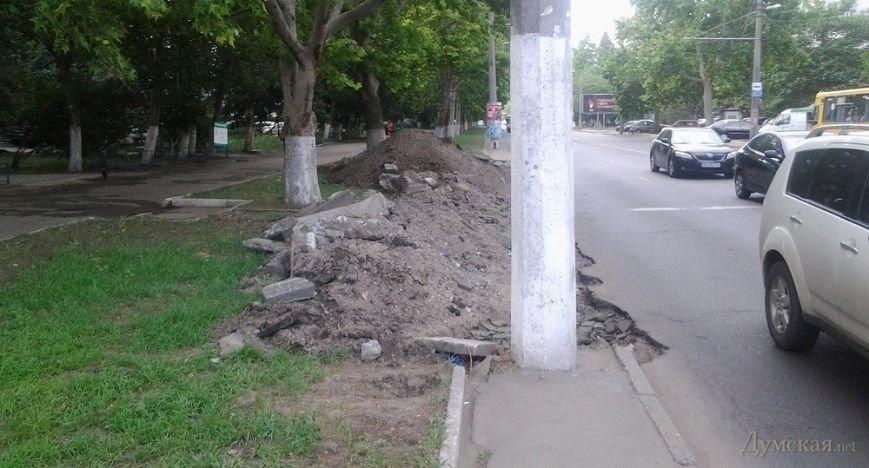 В Одессе на газоне роют парковочный карман (ФОТОФАКТ), фото-1