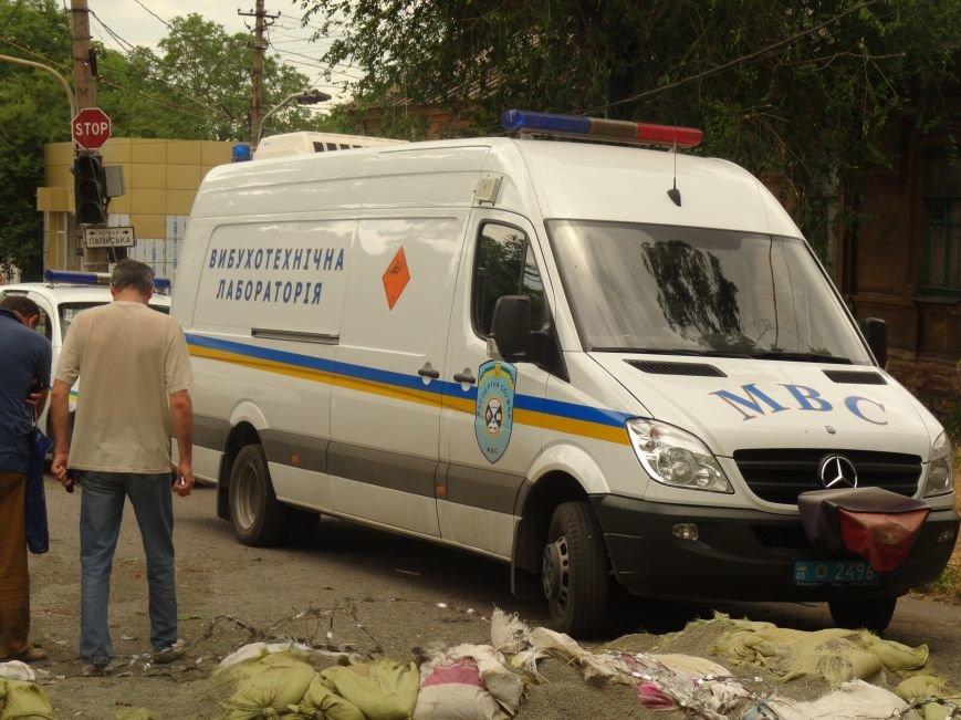 В центре Мариуполя обезвредили неразорвавшийся снаряд. У штаба ДНР работают сотрудники милиции (ФОТО), фото-2