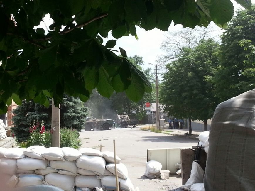 В центре Мариуполя обезвредили неразорвавшийся снаряд. У штаба ДНР работают сотрудники милиции (ФОТО), фото-7