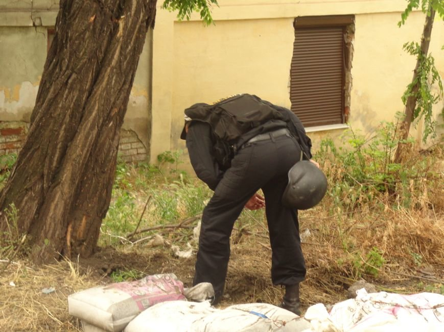 В центре Мариуполя обезвредили неразорвавшийся снаряд. У штаба ДНР работают сотрудники милиции (ФОТО), фото-4