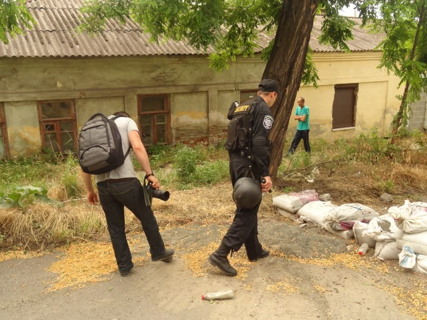 В центре Мариуполя обезвредили неразорвавшийся снаряд. У штаба ДНР работают сотрудники милиции (ФОТО), фото-3