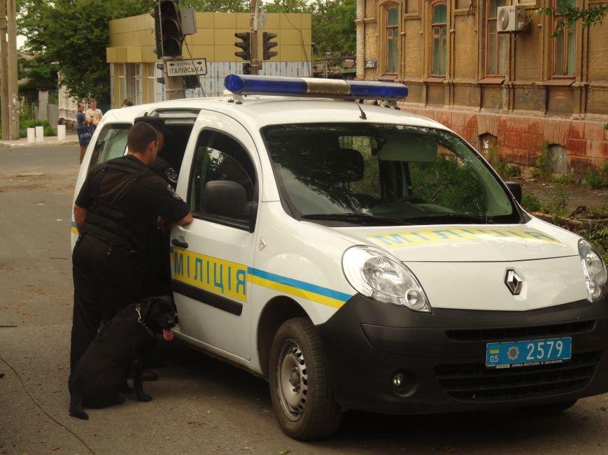 В центре Мариуполя обезвредили неразорвавшийся снаряд. У штаба ДНР работают сотрудники милиции (ФОТО), фото-5
