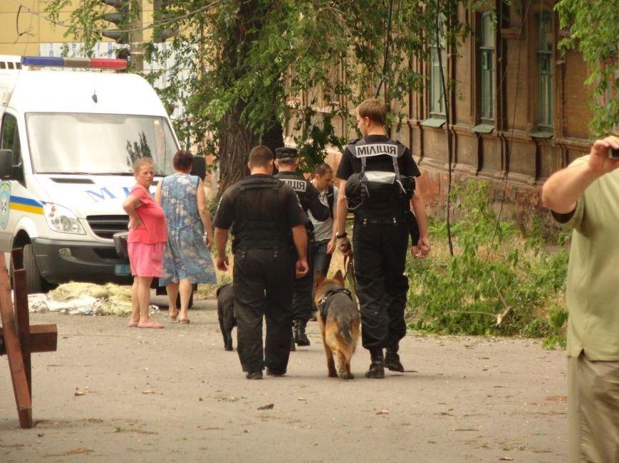 В центре Мариуполя обезвредили неразорвавшийся снаряд. У штаба ДНР работают сотрудники милиции (ФОТО), фото-1
