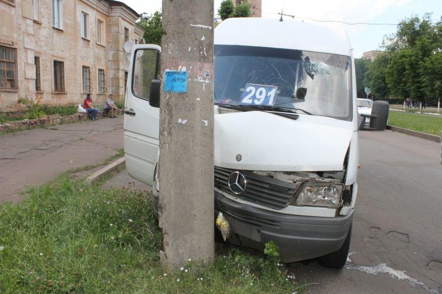 ДТП в Кривом Роге: маршрутка с пассажирами влетела в электроопору (ФОТО), фото-1