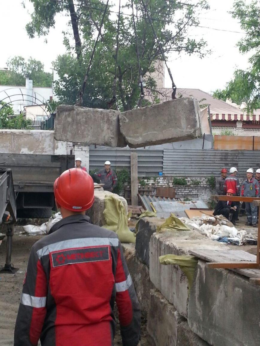 В Мариуполе металлурги разбирают баррикады ДНР  и увозят БРДМ (ФОТО), фото-3