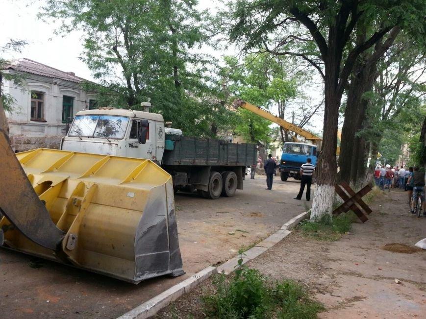 В Мариуполе металлурги разбирают баррикады ДНР  и увозят БРДМ (ФОТО), фото-4