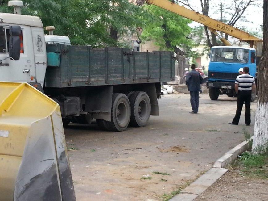 В Мариуполе металлурги разбирают баррикады ДНР  и увозят БРДМ (ФОТО), фото-2
