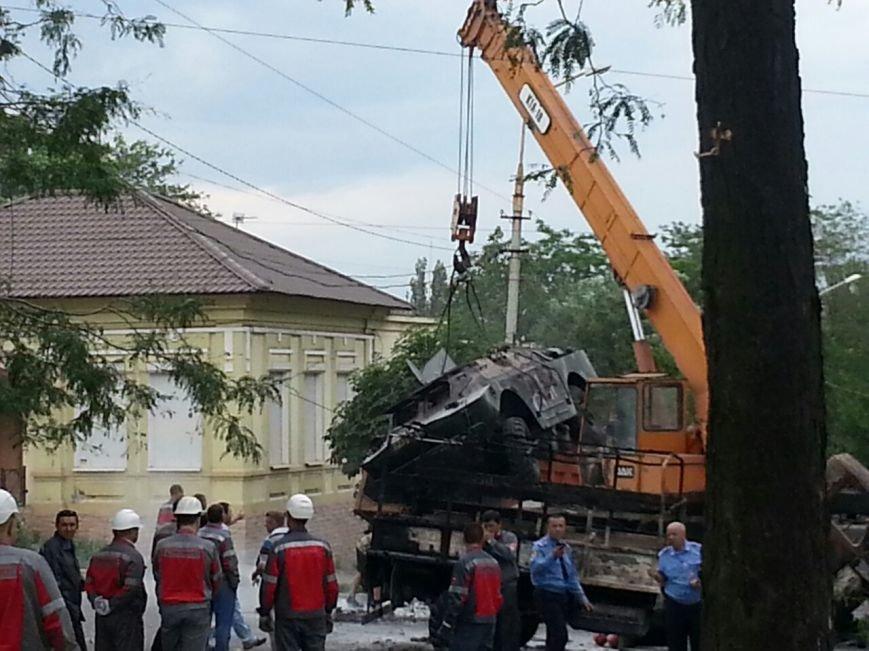 В Мариуполе металлурги разбирают баррикады ДНР  и увозят БРДМ (ФОТО), фото-1