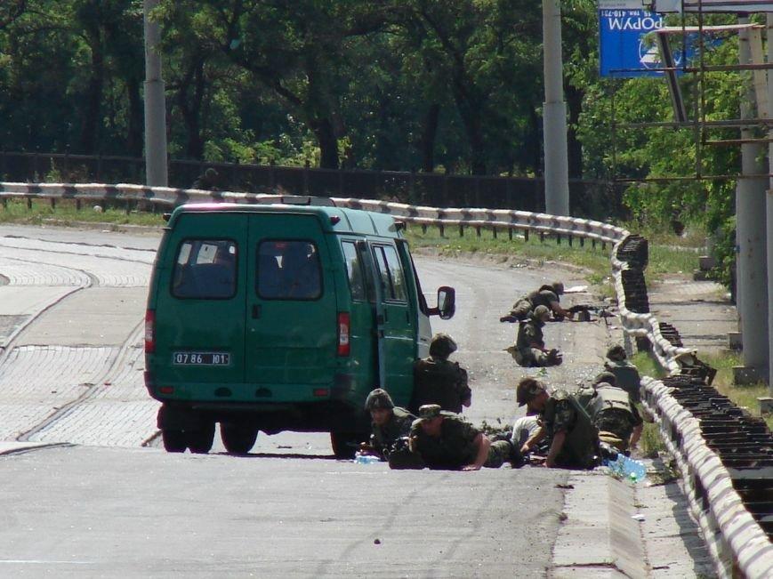 В Мариуполе на пост-мосту расстреляли колонну пограничников. Есть погибшие (ФОТО+ВИДЕО) (фото) - фото 2