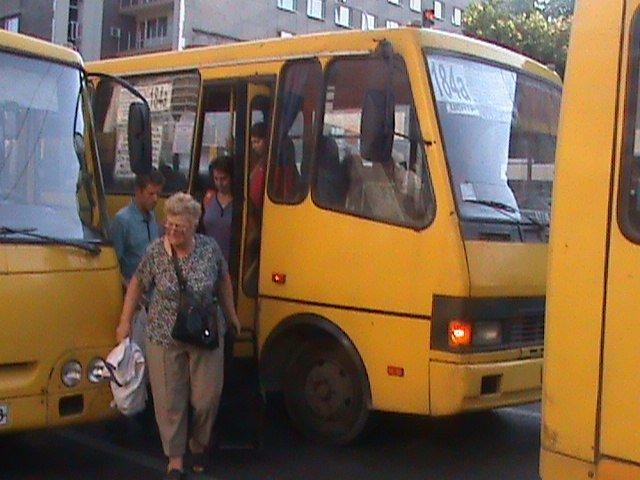 У Львові є чудо-зупинка на якій зупиняється 6-7 автобусів одночасно (ФОТО, ВІДЕО), фото-2