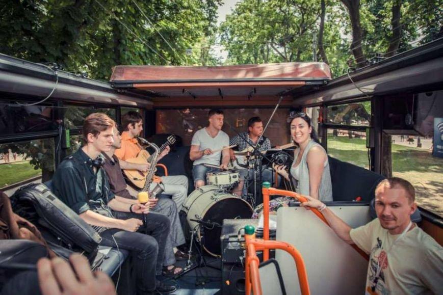 У Львові їздить автобус в якому просто неба співають музиканти (ФОТО), фото-1