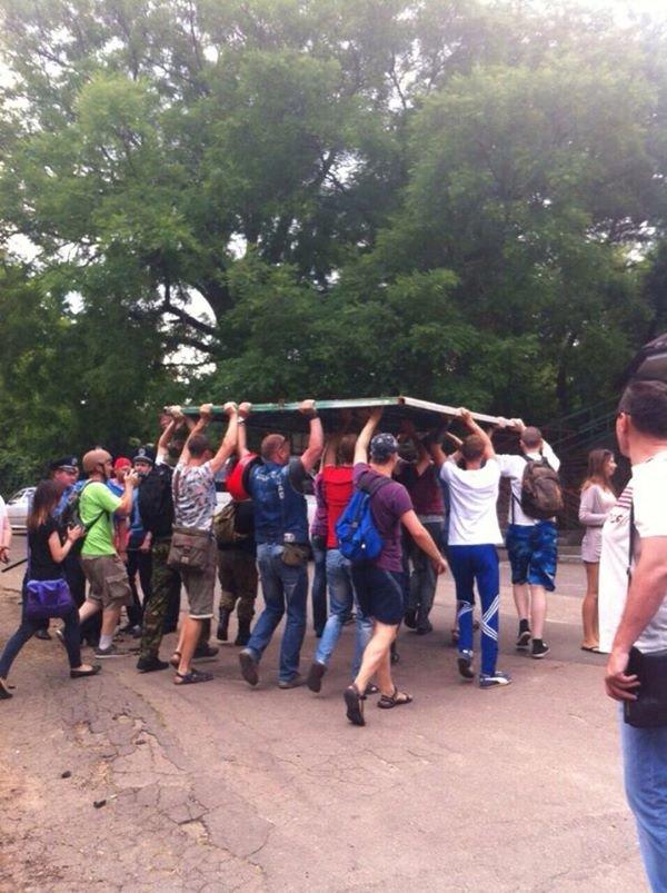 Пляжная революция в Одессе: Майдан снес забор и остановил автомобилиста на пешеходной зоне (ФОТО), фото-1