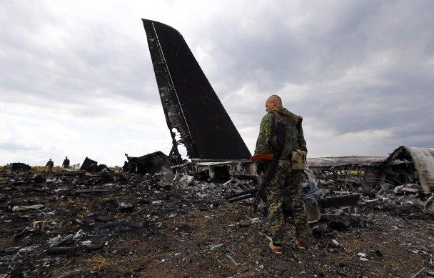 Терористи, які вбили львівського десантника, прийшли подивитися на тіла та обломки ІЛ-76 (ФОТО, ВІДЕО), фото-5