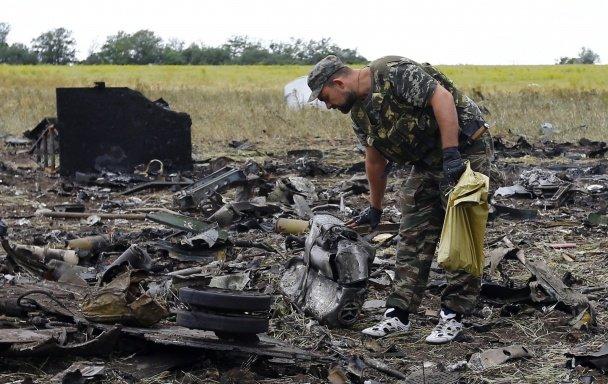 Терористи, які вбили львівського десантника, прийшли подивитися на тіла та обломки ІЛ-76 (ФОТО, ВІДЕО), фото-7
