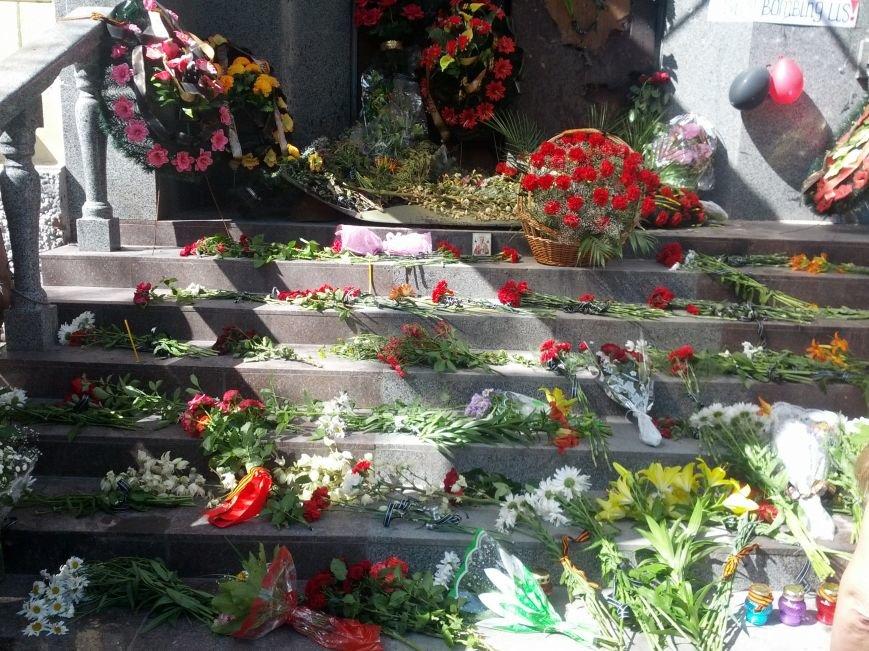 Мариупольцы скорбят по погибшим 9 мая(ФОТО), фото-4