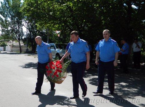 2014_06_16_Mariupol_Vozlojenie cvetov_2s_1