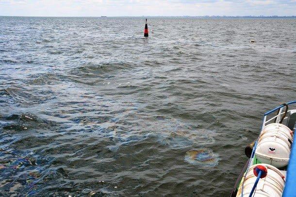 Из затонувшего под Одессой судна сочится нефть (ФОТО), фото-1