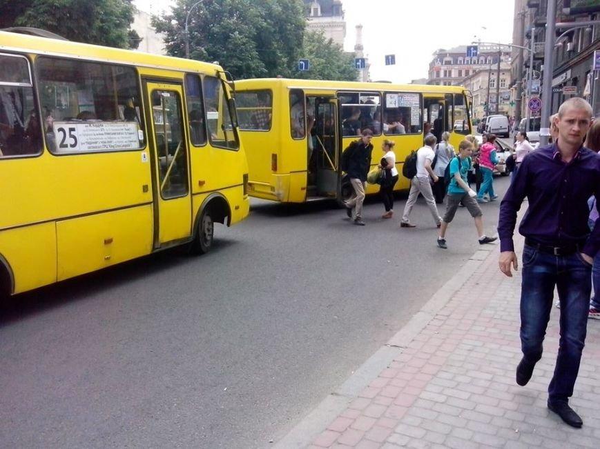 Львівські водії маршруток вкрай «охаміли» та злісно порушують ПДР (ФОТО), фото-1