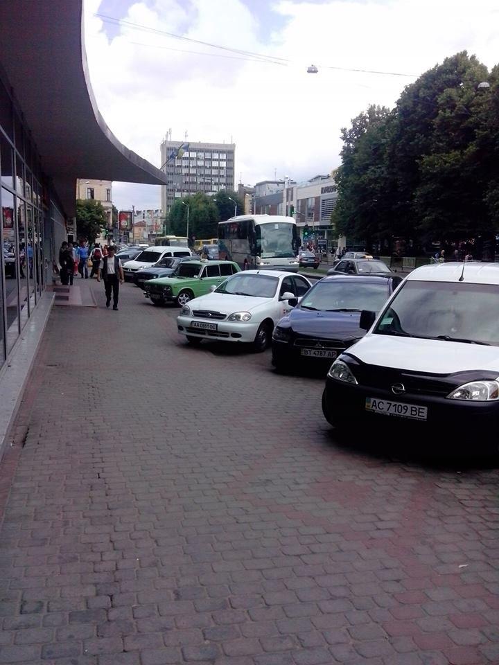 У Львові замість зупинки влаштували парковку (ФОТО), фото-4
