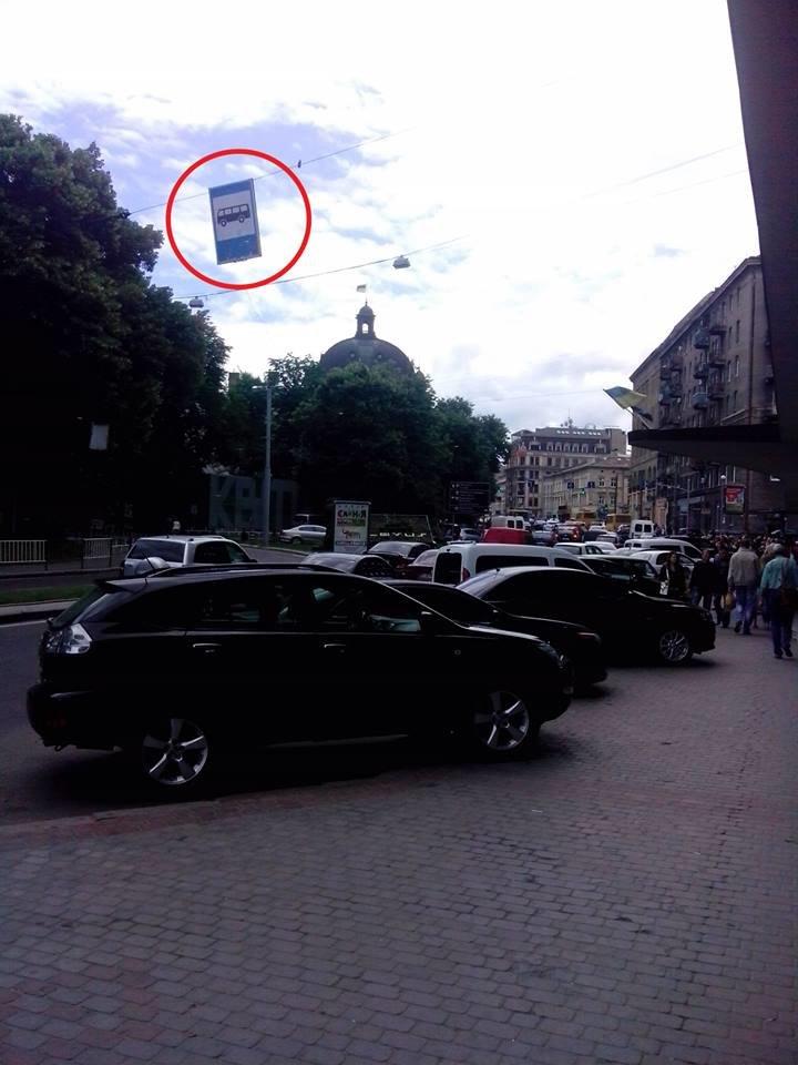 У Львові замість зупинки влаштували парковку (ФОТО), фото-1