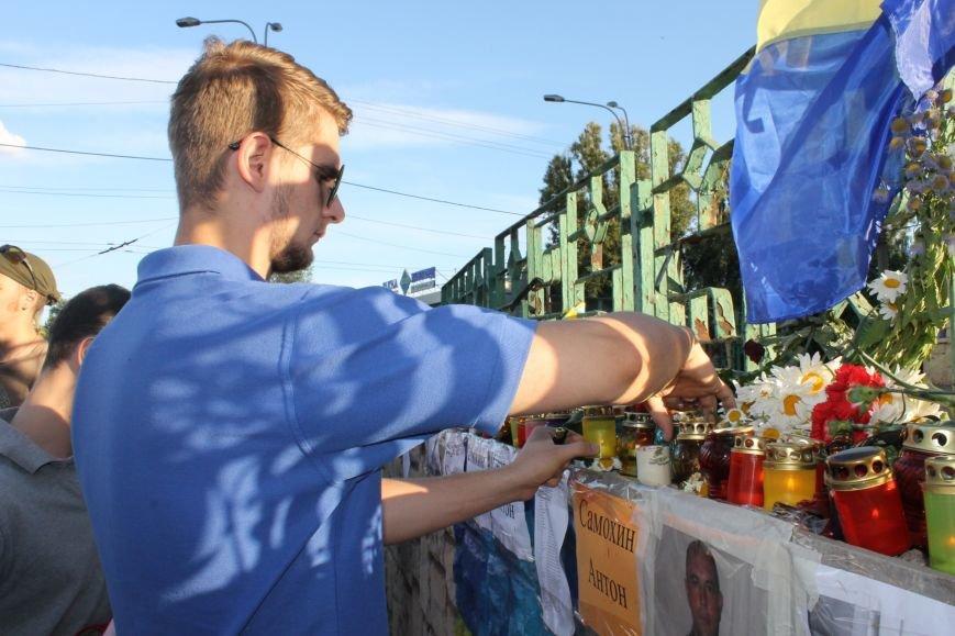 Жители Кривого Рога почтили память погибших земляков у импровизированного мемориала (ФОТО), фото-4