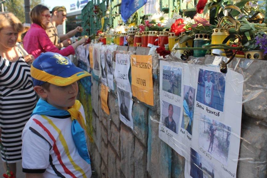 Жители Кривого Рога почтили память погибших земляков у импровизированного мемориала (ФОТО), фото-3