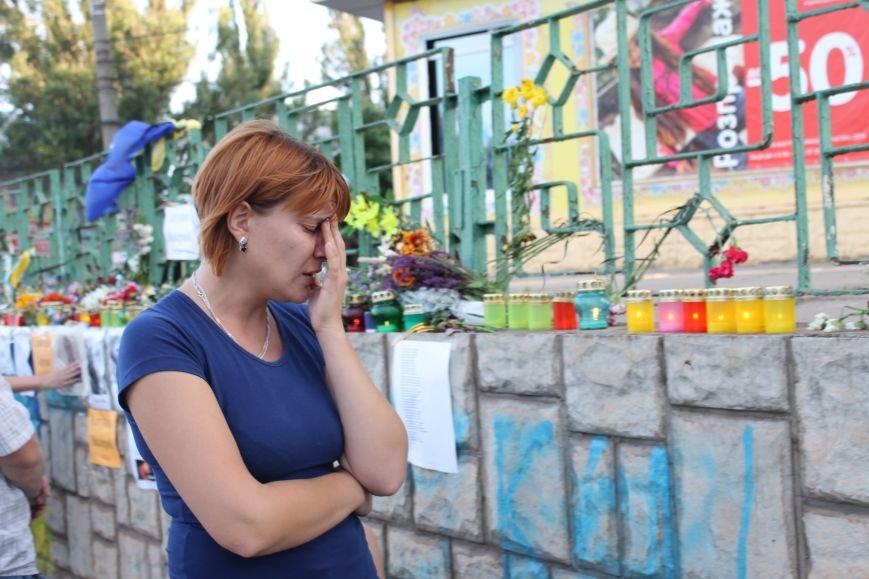 Жители Кривого Рога почтили память погибших земляков у импровизированного мемориала (ФОТО), фото-8