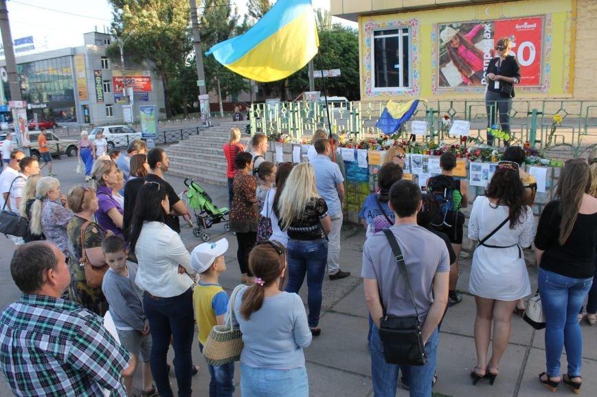 Жители Кривого Рога почтили память погибших земляков у импровизированного мемориала (ФОТО), фото-5