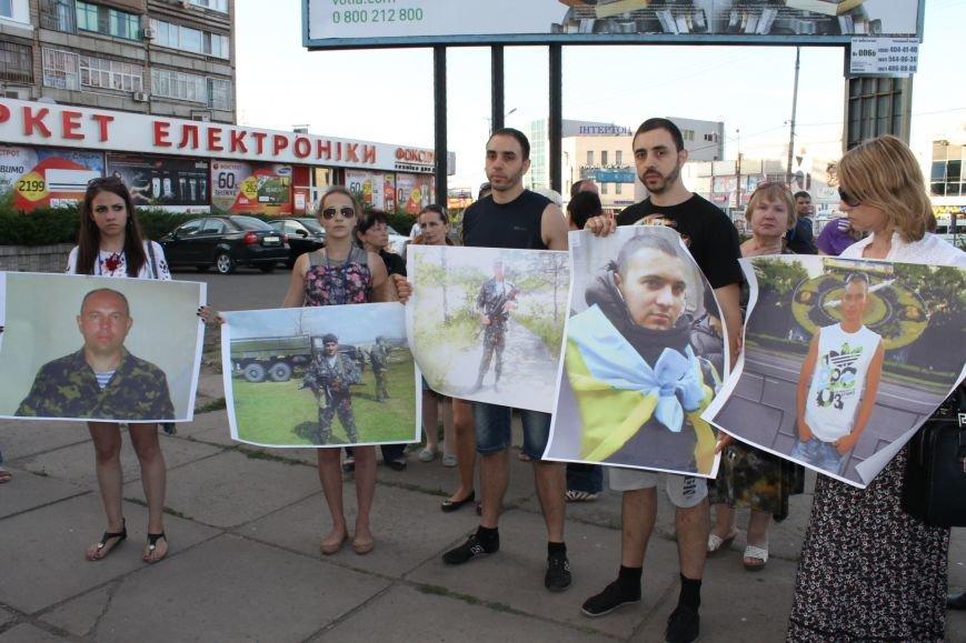Жители Кривого Рога почтили память погибших земляков у импровизированного мемориала (ФОТО), фото-7