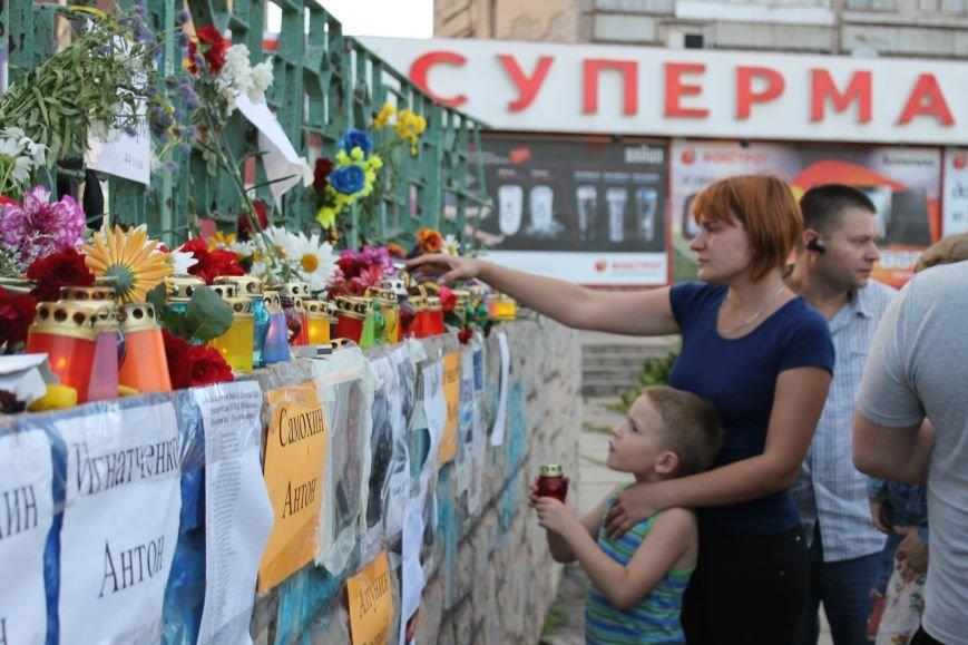 Жители Кривого Рога почтили память погибших земляков у импровизированного мемориала (ФОТО), фото-6