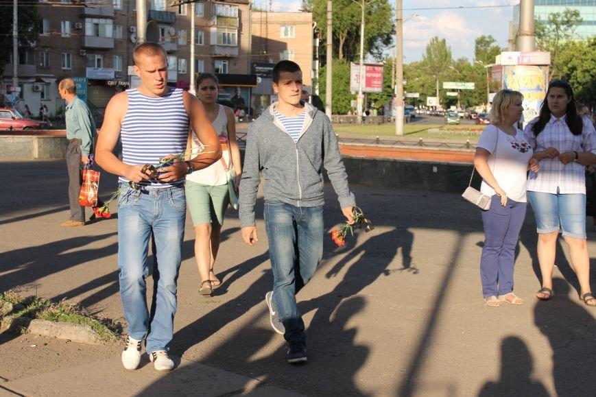 Жители Кривого Рога почтили память погибших земляков у импровизированного мемориала (ФОТО), фото-2