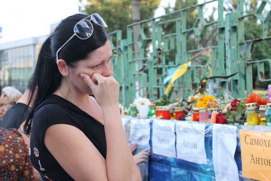 Жители Кривого Рога почтили память погибших земляков у импровизированного мемориала (ФОТО), фото-9