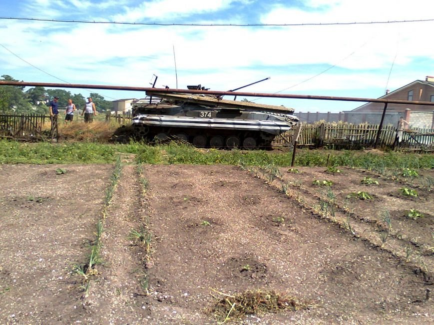Хотели помочь. Под Мариуполем БМП сбила электроопору и застряла в огороде (ФОТО), фото-2