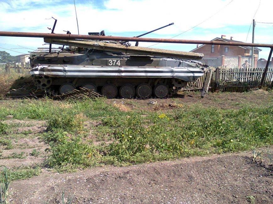 Хотели помочь. Под Мариуполем БМП сбила электроопору и застряла в огороде (ФОТО), фото-1