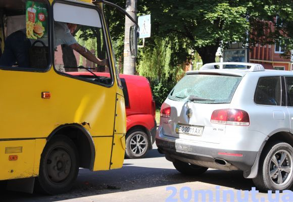 У Тернополі на Злуки маршрутка врізалася в крутий позашляховик (фото), фото-1