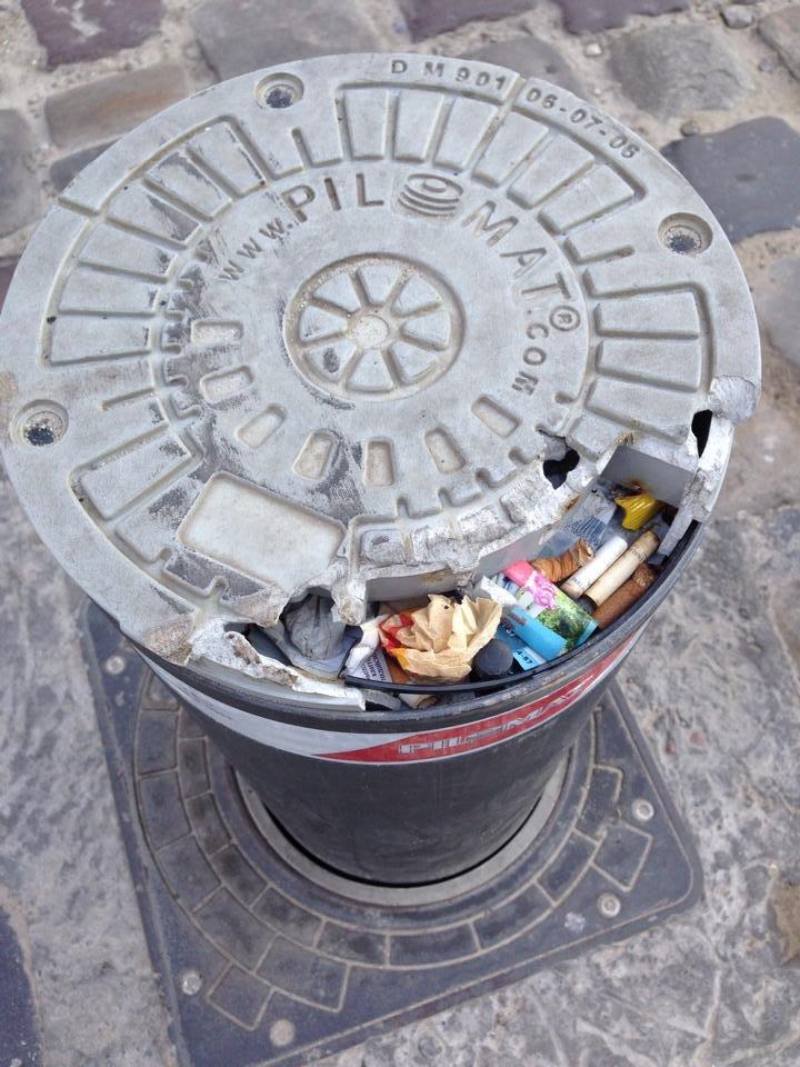 З болларду у центрі Львова зробили … смітник (ФОТО), фото-1