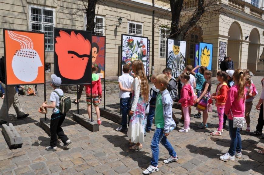 У Львові на площі Ринок можна подивитися експозицію з плакатами відомих письменників (ФОТО), фото-1