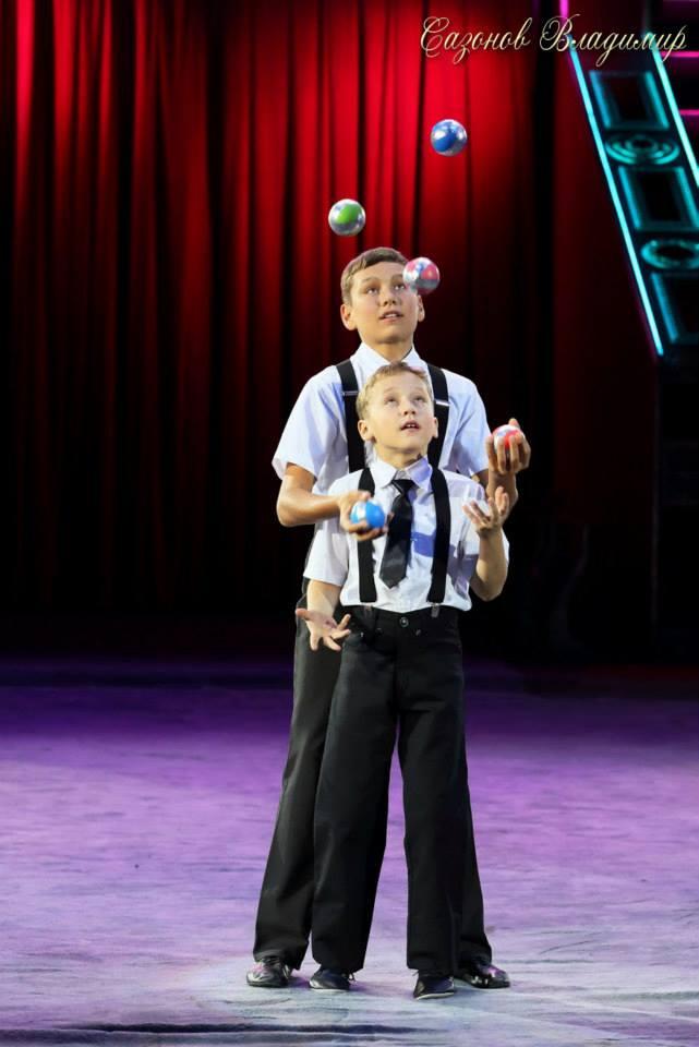 Юные артисты цирка - ялтинские  братья жонглеры Александр и Алексей Сычевы представляют..., фото-5