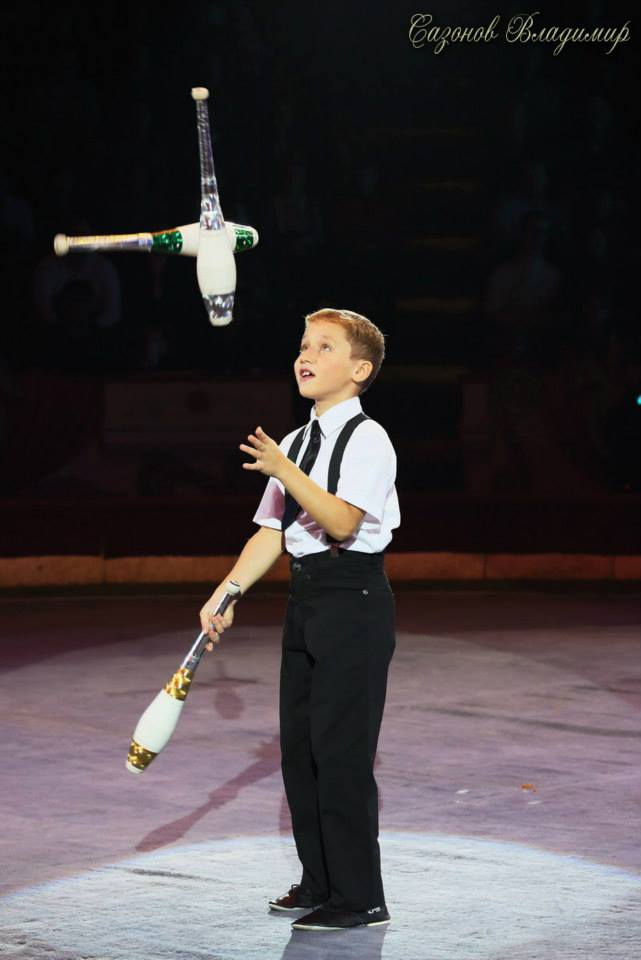 Юные артисты цирка - ялтинские  братья жонглеры Александр и Алексей Сычевы представляют..., фото-1